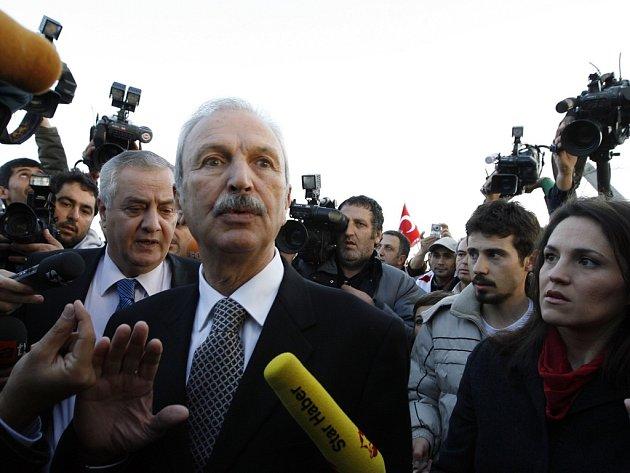Kemal Alemdaroglu, jeden z 86 obviněných, přichází k soudu.