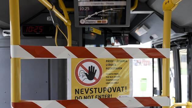 Uzavřené přední dveře autobusu MHD v Praze