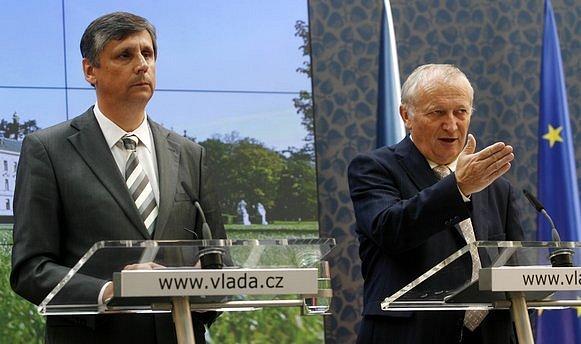 Premiér Jan Fischer (vlevo) a ministr financí Eduard Janota během tiskové konference, která se uskutečnila 25. května po jednání vlády.