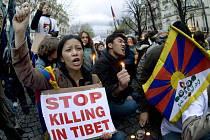 Tisíce lidí vyšly vyjádřit solidaritu s odporem Tibeťanů proti nadvládě Pekingu nejen v Paříži (na snímku) a jiných světových velkoměstech…