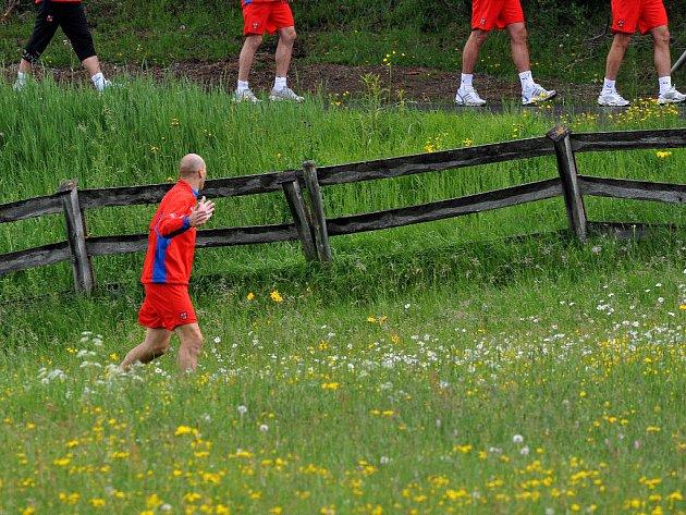 Jan Koller zabloudil. Zatímco spoluhráči běží po cestě, on po louce.