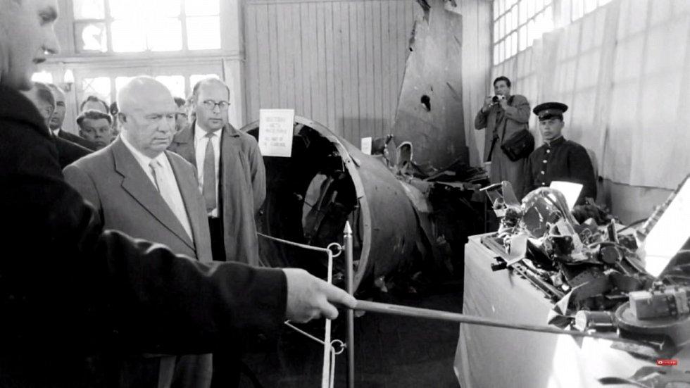 Sovětský vůdce Nikita Chruščov si prohlíží vystavené zbytky sestřeleného letounu U-2
