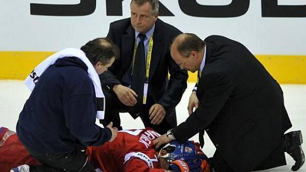 Radek Martínek odskákal zraněním atak lotyšského zadáka Kuldy.