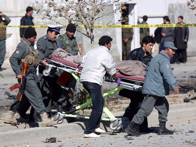 Přinejmenším tři mrtvé a asi 17 zraněných si dnes v Kábulu vyžádal útok sebevražedného atentátníka na vůz, v němž jela známá afghánská poslankyně.
