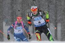 Gabriela Soukalová (vlevo) pronásleduje Darju Domračevovou ve stíhacím závodu v Novém Městě na Moravě.