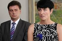Lenka Bradáčová vystoupila 30. července v Praze na briefingu poté, co ji ministr spravedlnosti Pavel Blažek (vlevo) jmenoval vrchní státní zástupkyní v Praze.