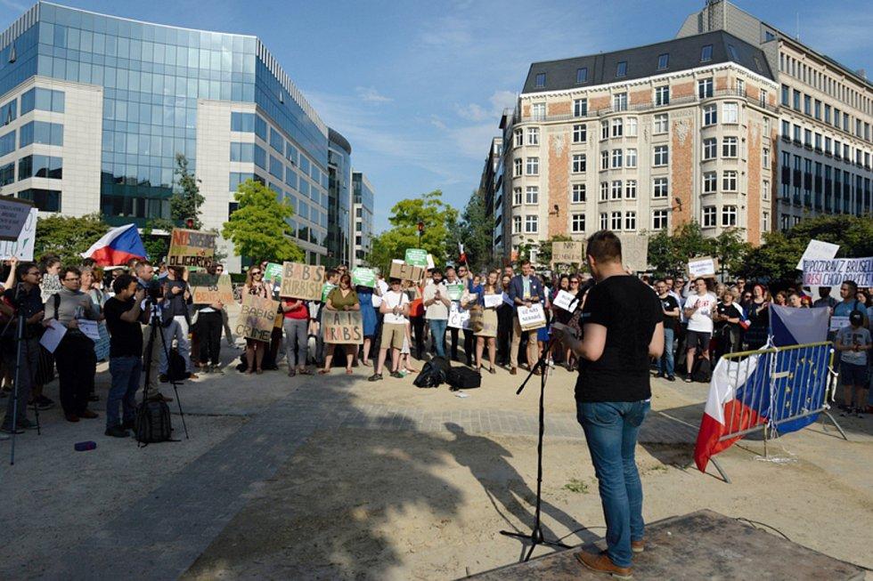 Asi dvě stovky převážně českých občanů protestovaly 19. června 2019 v Bruselu u budovy Evropské komise proti ohrožení vlády práva v ČR a českému premiéru Andreji Babišovi