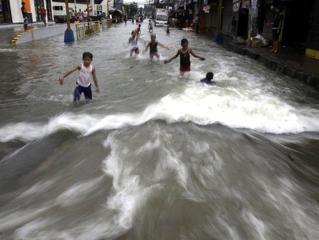Silné deště na Filipínách si již vyžádaly mnoho obětí.