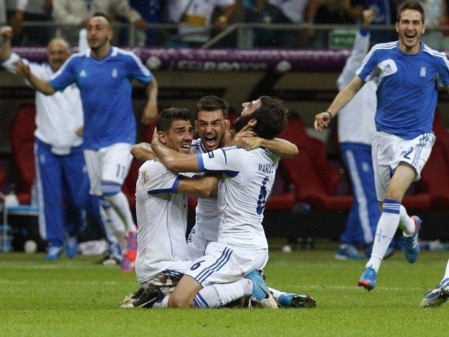 Fotbalisté Řecka se radují z vítězství nad Ruskem a postupu do čtvrtfinále mistrovství Evropy.