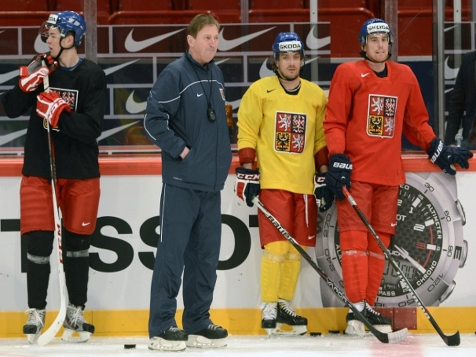 Trenér Alois Hadamczik (druhý zleva) a hráči Tomáš Hertl (vlevo), Petr Koukal (druhý zprava) a Tomáš Fleischmann se chystají na další zápas na MS.