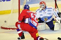 Petr Tenkrát překonává brankáře Finska Joni Ortia.
