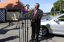 Předseda poslaneckého klubu KSČM Pavel Kováčik hovoří s novináři před zámkem v Lánech, kde 23. července jednal s prezidentem Milošem Zemanem před hlasováním Poslanecké sněmovny o důvěře vládě Jiřího Rusnoka.