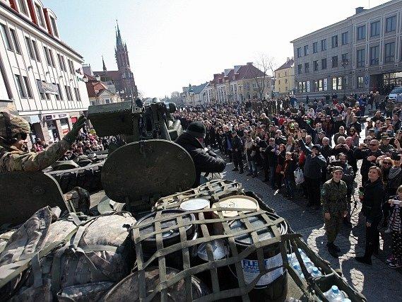 V Polsku vítaly americký konvoj stovky lidí.