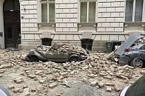 Zničená auta v Záhřebu. Zemětřesení zasáhlo sever Chorvatska