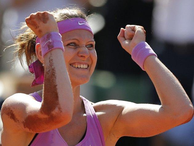 Šťastná Lucie Šafářová po postupu do finále French Open.