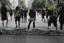 Demonstranti během blokády hlavní ulice v Hongkongu