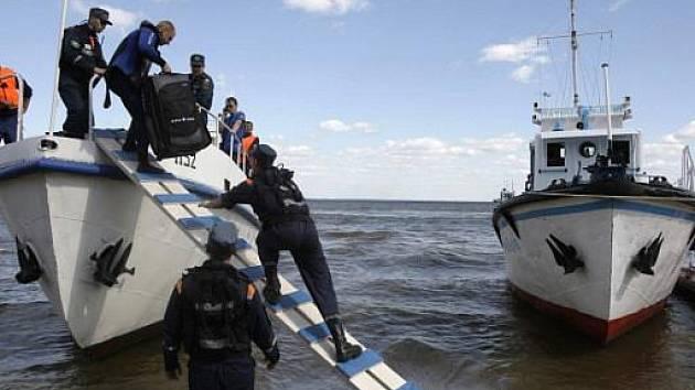 Potápěči u výletní lodě Bulgarija, která se potopila na řece Volze v centrálním Rusku.