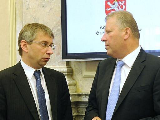 Ministr práce a sociálních věcí Jaromír Drábek (vlevo) a ministr kultury Jiří Besser na jednání vlády.
