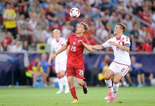 Čeští fotbalisté (v červeném) proti Dánsku.