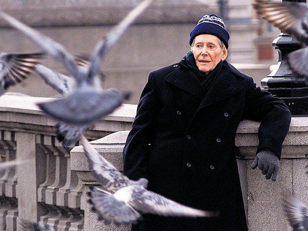 KRMIT HOLUBY? Takhle si Maurice (Peter O'Toole) stáří rozhodně nepředstavuje. Podzim života raději tráví ve společnosti mladičké Jessie.