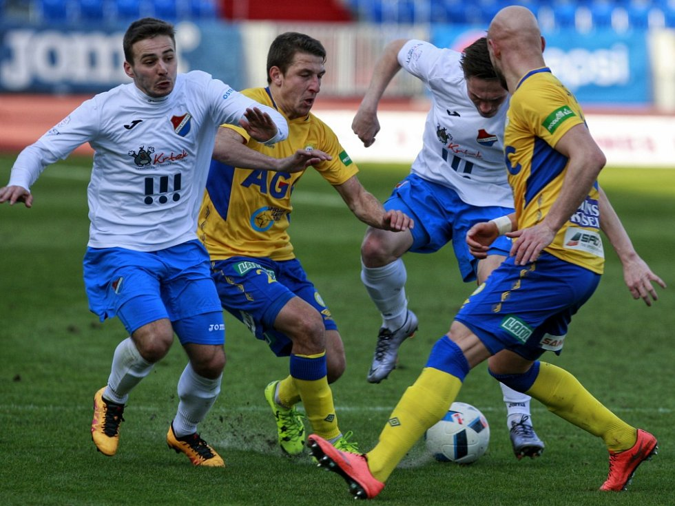 Fotbalisté Baníku (v bílém) proti Teplicím.