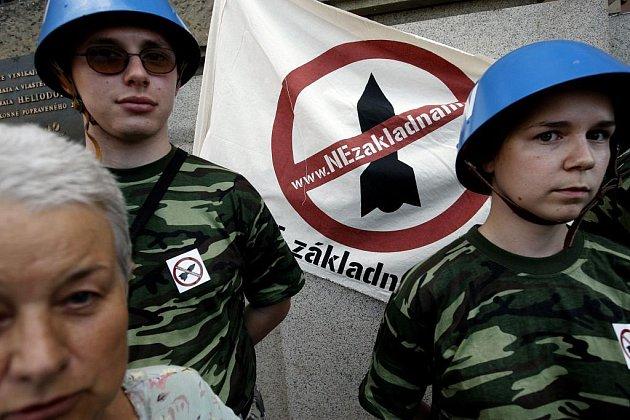Aktivisté z hnutí Ne základnám protestovali před Generálním štábem AČR v Praze proti vykázání aktivistů Greenpeace z kóty 718 v Brdech, kde má stát americký radar.