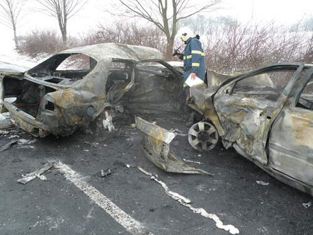 Čtyři mrtví, jeden středně těžce a jeden lehce zraněný. Taková je tragická bilance dopravní nehody, ke které došlo dnes kolem půl jedenácté dopoledne na státní silnici I/43 v katastru Krhova.