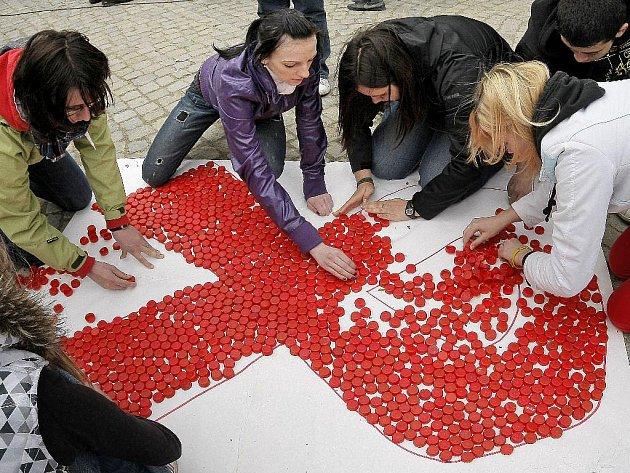 Na jihlavském Masarykově náměstí se dne 17. 5. 2010 uskutečnila akce Světlo pro AIDS. Jedná se o vzpomínkovou akci. Součástí akce bylo skládání symbolu červené stužky pomocí červených víček od PET lahví.