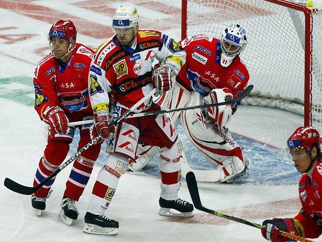 Daniel Branda ze Slavie (uprostřed) si nevšímá Petra Gřegořeka (vlevo) a snaží clonit před brankářem Budějovic Jakubem Kovářem.