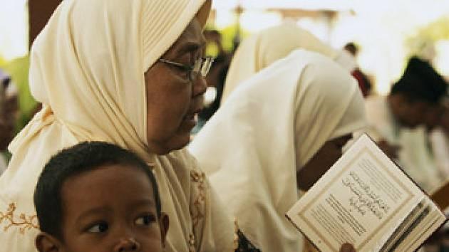 Obyvatelé Indonésie se modlí za zdraví někdejšího diktátora.
