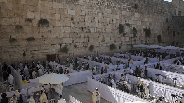 Ultraortodoxní Židé se modlí v oddělených sekcí u Zdi nářků v Jeruzalémě