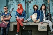 Zpěvačka Debbi má kapelu a vyráží na turné.