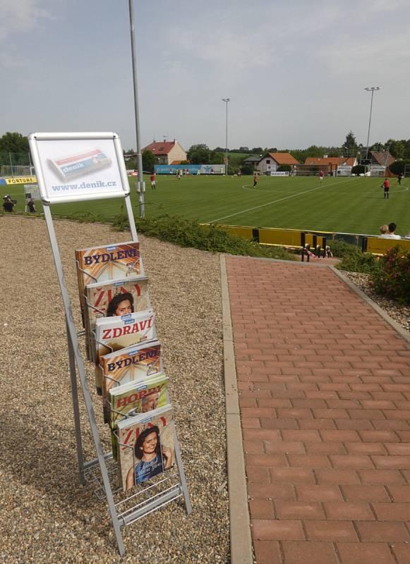 Můj fotbal živě:  Dolní Břežany  -  Zlatníky. Fanoušci se mohli začíst do magazínů Deníku.