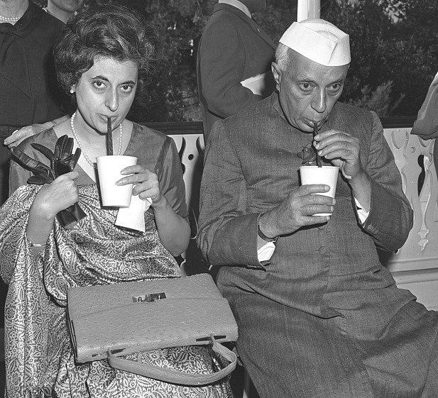 Indira Gándhiová se svým otcem Nehrúem při návštěvě Disneylandu v roce 1961