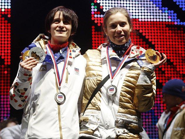 Olympijské vítězky Martina Sáblíková (vlevo) a Eva Samková v olympijském parku na Letné ukázaly fanouškům zlaté medaile.
