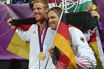 Jonas Reckermann (vlevo) a Julius Brink se překvapivě stali olympijskými vítězi v plážovém volejbalu.