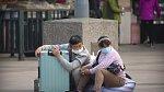 Cestující u nádraží v Pekingu