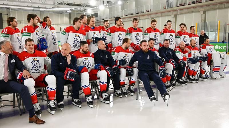 Čeští hokejisté se přesouvali z hotelu na oficiální focení.