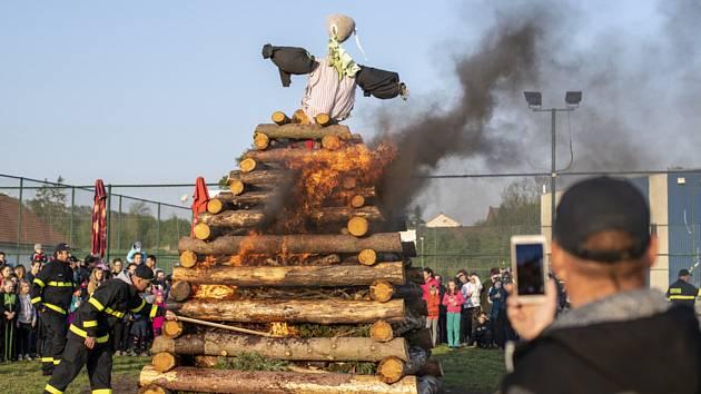 Hasiči dohlíželi na pálení čarodějnic 30. dubna 2019 ve Vysoké nad Labem na Hradecku