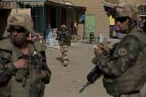 Francouzští vojáci hlídkují na tržišti v Timbuktu.