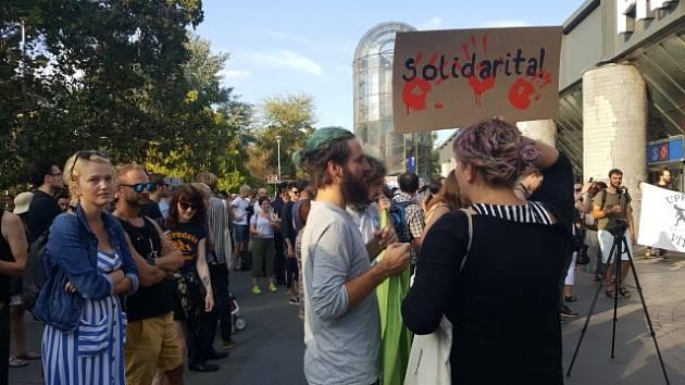 Shromáždění za přijímání uprchlíků s názvem Přijměme syrské děti: Proti politice cynismu, které organizovala feministická skupina RFK