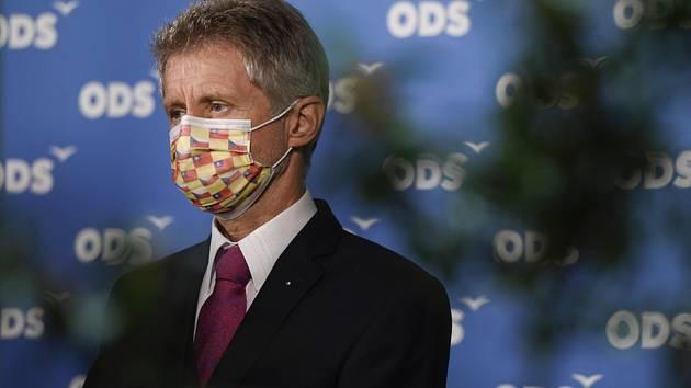 Předseda Senátu Miloš Vystrčil (ODS) vystoupil 10. října 2020 v Praze na tiskové konferenci po sečtení výsledků 2. kola senátních voleb
