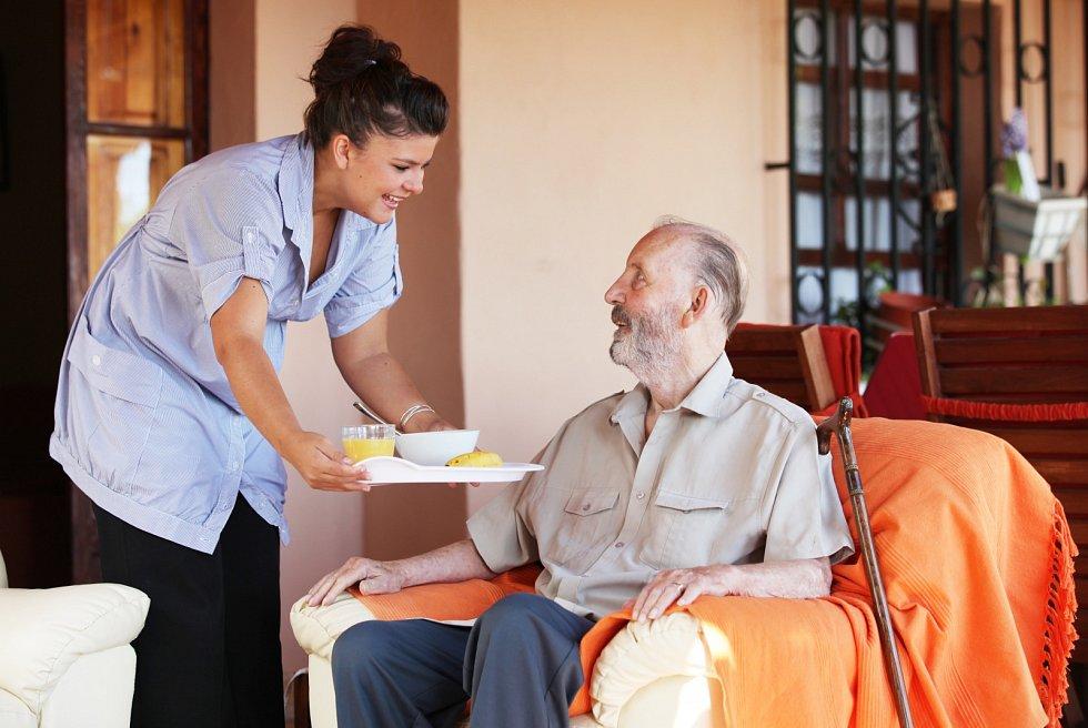 Zdravotní potíže často seniorům brání si sami uvařit. Často přitom nevědí, že pomoc není daleko…
