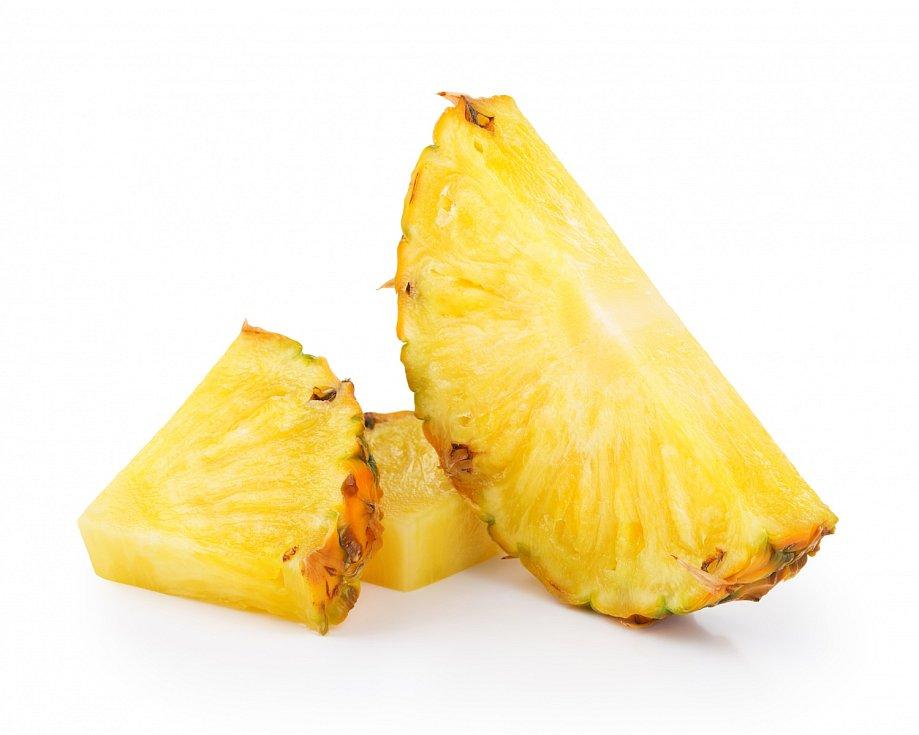 Ananas dobře okrájejte, aby neobsahoval trny ani tvrdou středovou část. Vložte spolu spůlkou manga, pokrájeným banánem, chia semínky a pomerančovou šťávou do mixéru a připravte smoothie.