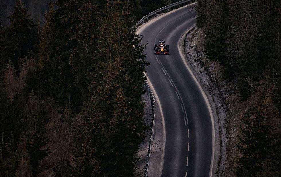 Trochu jiný vůz na silnici