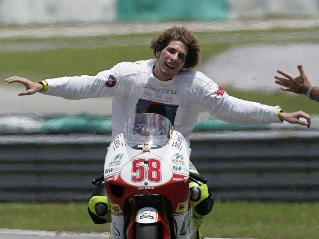 Italský jezdec Marco Simoncelli slaví první titul mistra světa pro sebe i značku Gilera.