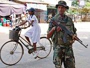 Skupina tamilských povstalců pálí na útočící srílanské vládní vojáky.
