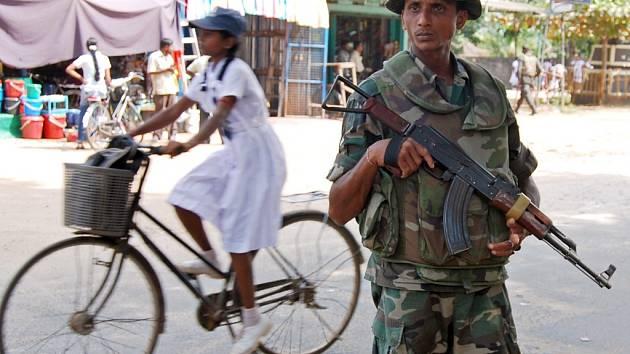 Srílanský voják vyzbrojený kalašnikovem.