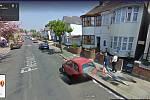 Britská ulice Fleetwood Avenue. Na snímku služby Google Street View z roku 2009 lze vidět pár držící se za ruce. Uživatel Twitteru Seán napsal, že jde o jeho rodiče. Zemřeli před několika lety.