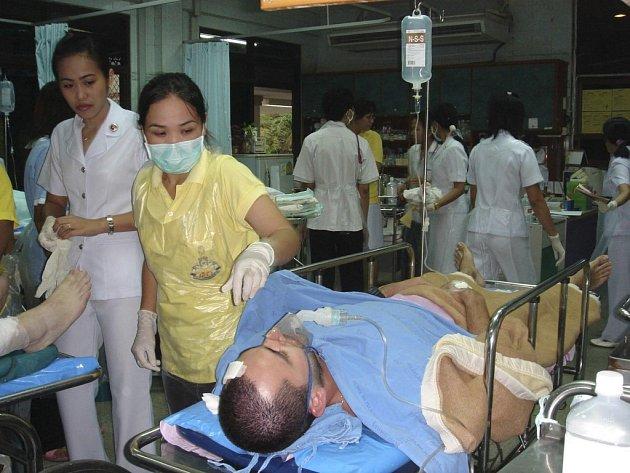 Záchranáři ošetřují cestující, které strašnou nehodu přežili.